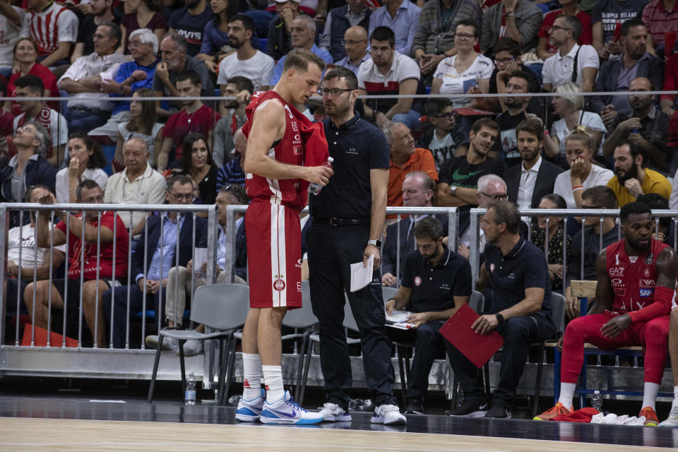 Assistant coach Tom Bialaszewski of Olimpia Milano (C) talks to Michael Roll (10) during the friendly match against Urania Basket Milano on Sept. 19, 2019. (Emanuele Cremaschi/Getty Images)