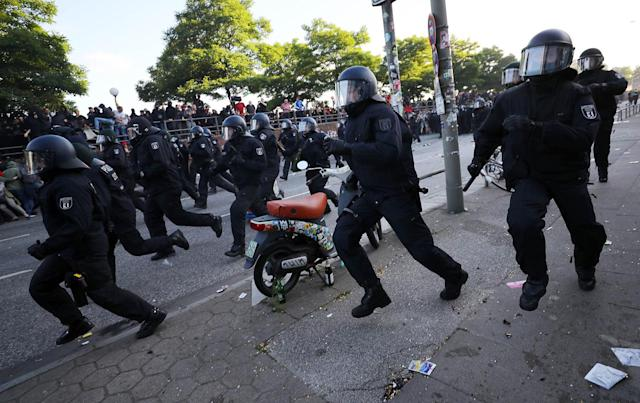 <p>German riot police run towards protesters during the demonstration during the G-20 summit in Hamburg, Germany, July 6, 2017. (Photo: Kai Pfaffenbach/Reuters) </p>