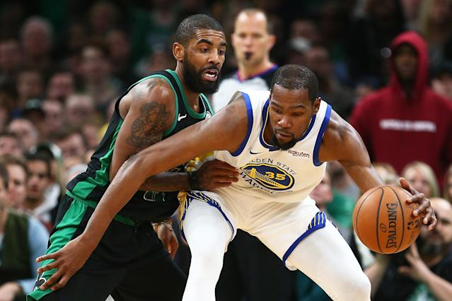 Kevin Durant(圖右) 、Kyrie Irving (Photo by Adam Glanzman/Getty Images)