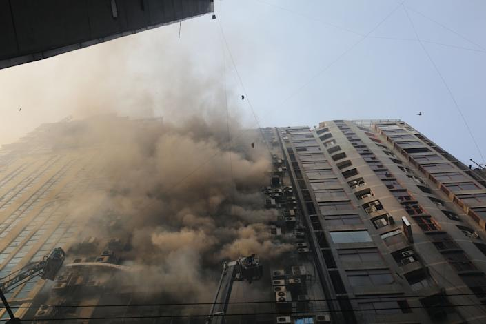 Firefighters try to extinguish fire in high-rise office building in Dhaka, Bangladesh on March 28, 2019.  (Photo: Munir Uz Zaman/AFP/Getty Images)