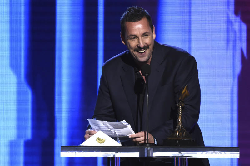 Adam Sandler discursa após ser premiado no Independent Spirit Awards de 2020. Foto: AP/Chris Pizzello