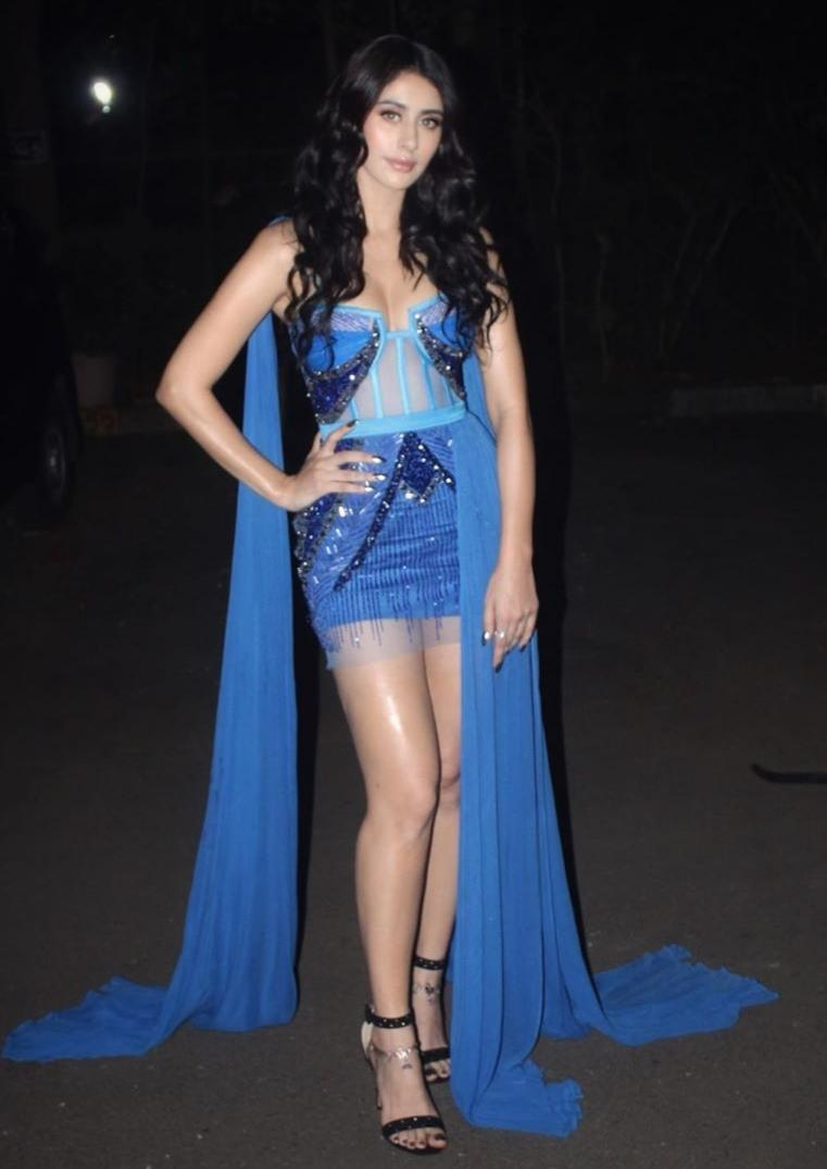 The <em>Loveyatri </em>starlet gets fewer mentions than she deserves. A spellbinding doe-eyed diva, Warina made a statement appearance at the Filmfare Glamour and Style Awards. She took to the red carpet in this Gavin Miguel couture which is class apart from the conventional ensembles we are used to seeing on Bollywood divas. The blue number, with trains on each side, commands our attention. A healthy glowy skin, beach waves and nude lips accompany the sexy Gavin Miguel creation.