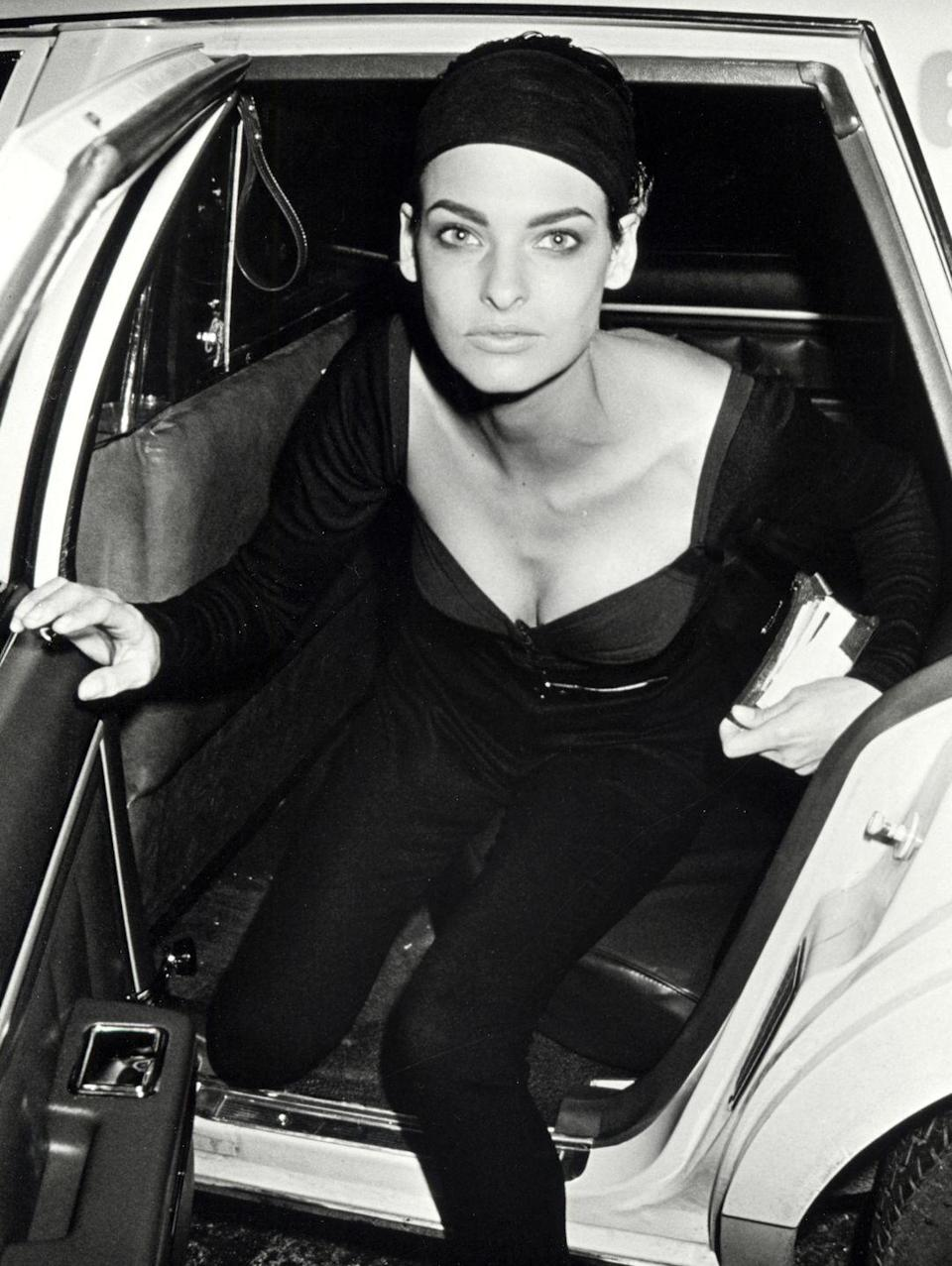 <p>The model, sporting a chic head wrap, stepped out of a cab in New York in 1990. <br></p>