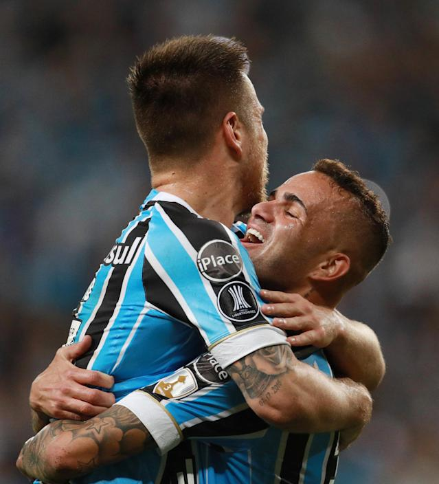 Soccer Football - Brazil's Gremio v Paraguay's Cerro Porteno - Copa Libertadores - Arena do Gremio stadium, Porto Alegre, Brazil - May 1, 2018. Ramiro of Gremio celebrates with team mate Luan after scoring against Cerro Porteno in action. REUTERS/Diego Vara