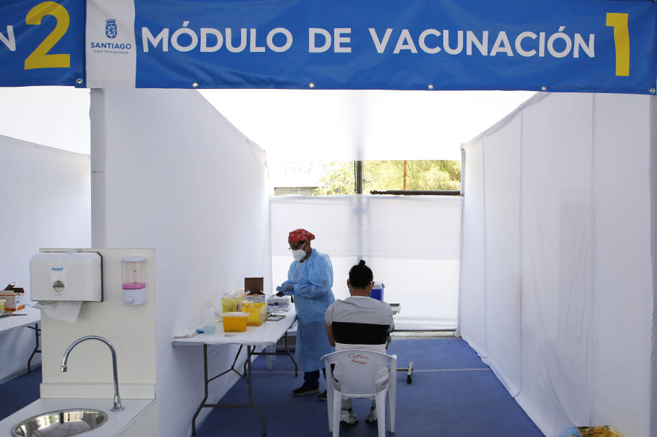 SANTIAGO, CHILE - MARCH 19: A health worker applies the Sinovac vaccine on March 19, 2021 in Santiago, Chile. The Andean country already inoculated over 5.5 million people, which represents 18% of its population.  (Photo by Marcelo Hernandez/Getty Images)