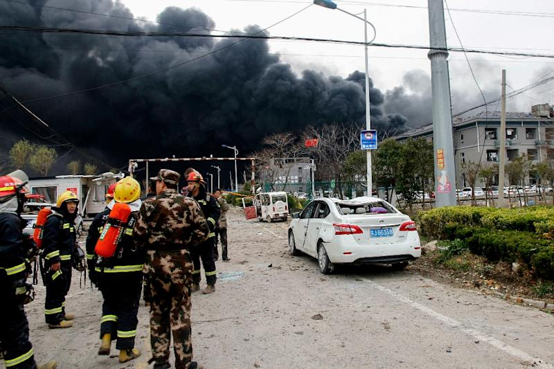 Firemen and Chinese paramilitary search for survivors at the site of a chemical plant explosion in Yancheng (AFP Photo/STR)