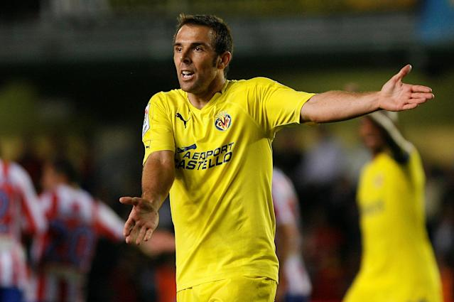 FILE PHOTO: Villarreal's Carlos Marchena protests during their Spanish first division soccer match against Atletico Madrid at the Madrigal Stadium in Villarreal October 24, 2010. REUTERS/Heino Kalis (SPAIN - Tags: SPORT SOCCER)/File Photo