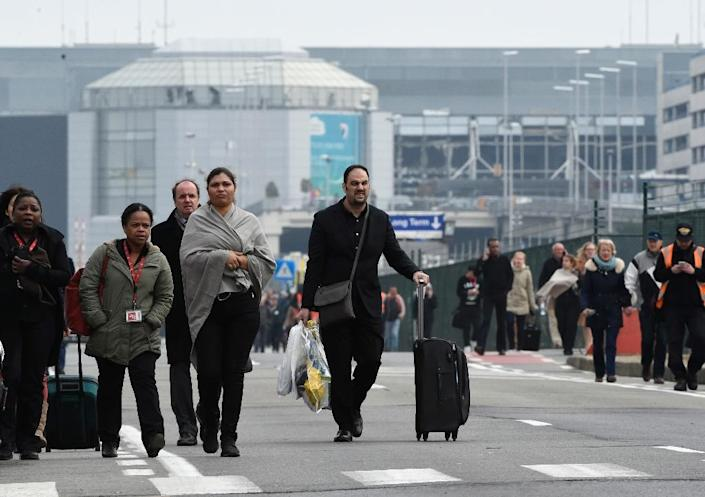 Passengers leave Brussels airport, on March 22, 2016 following evacuation after twin blasts rocked the main terminal (AFP Photo/John Thys)