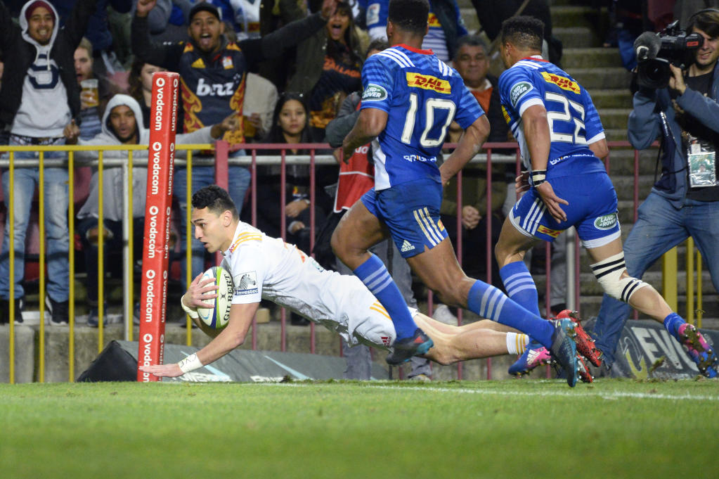 Chiefs' Shaun Stevenson (L) scores a try during the Super Rugby quarter-final rugby union match between the Stormers and Chiefs at Newlands Stadium in Cape Town, on July 22, 2017. (AFP Photo/RODGER BOSCH)