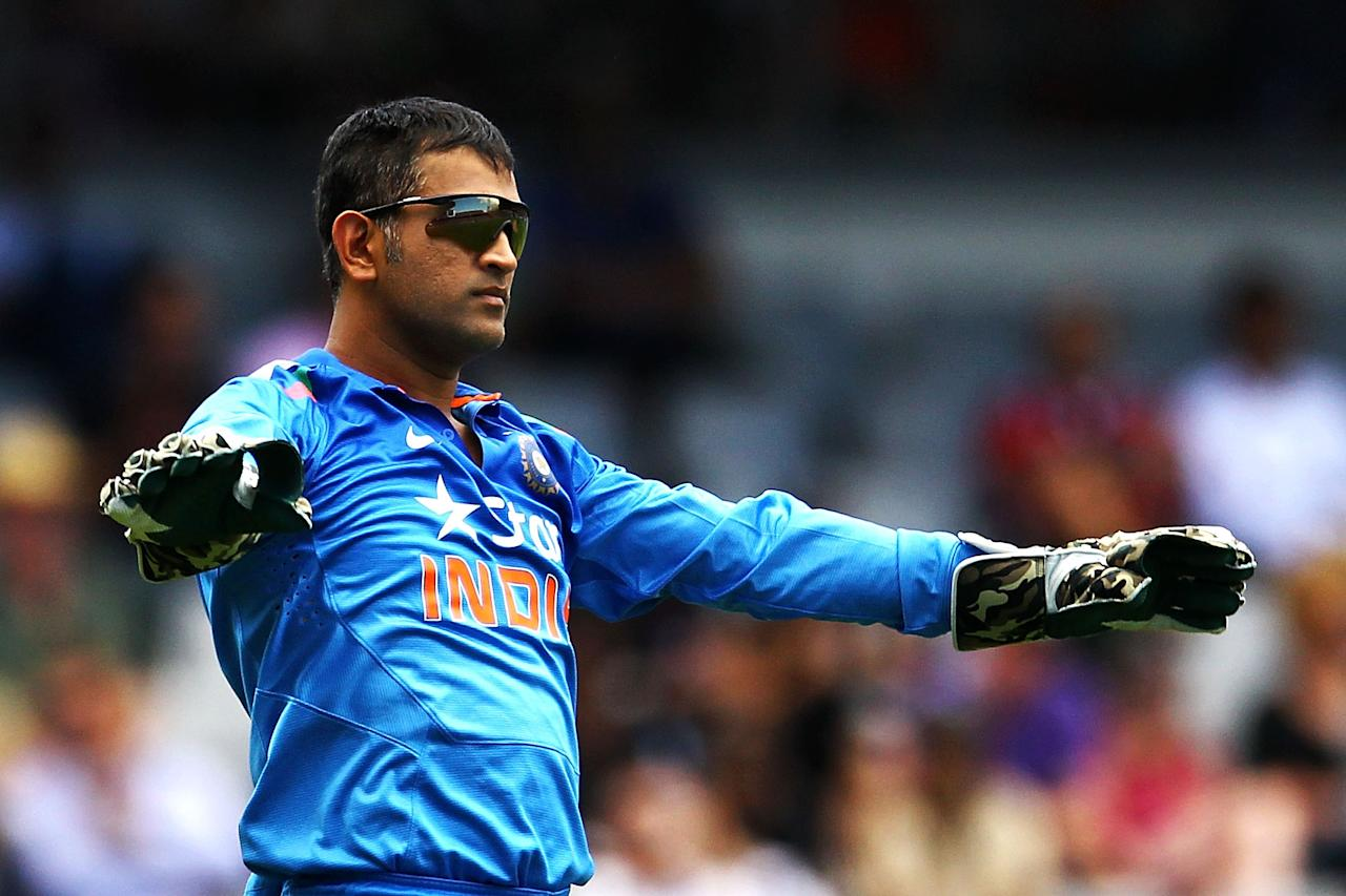 AUCKLAND, NEW ZEALAND - JANUARY 25: MS Dhoni of India settles down his team during the One Day International match between New Zealand and India at Eden Park on January 25, 2014 in Auckland, New Zealand.  (Photo by Anthony Au-Yeung/Getty Images)