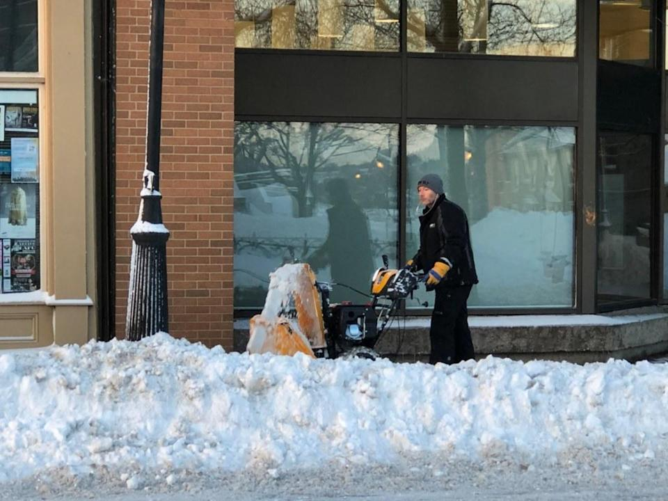 Toronto v. Pedestrians: City isn't clearing snow from sidewalks this winter