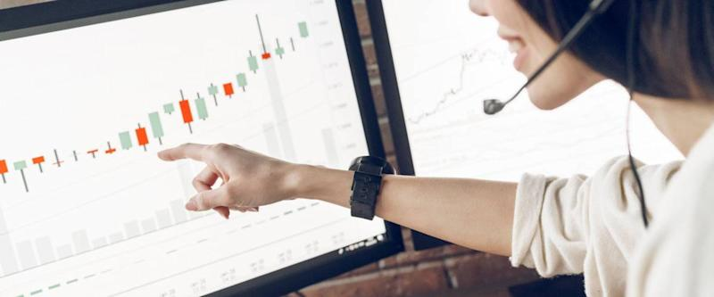 Help to novice traders. Woman pointing finger at screen computer