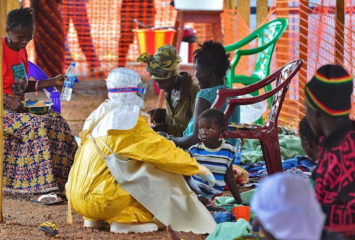 A Medecins Sans Frontieres medical worker feeds a child Ebola victim at a facility in Kailahun, Sierra Leone, August 15, 2014 (AFP Photo/Carl de Souza)