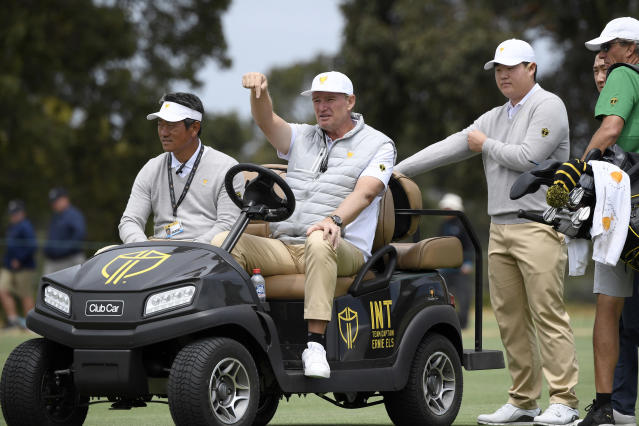 International assistant captain K.J. Choi, left, captain Ernie Els and player Sungjae Im talk during a practice session ahead of the President's Cup Golf tournament in Melbourne, Tuesday, Dec. 10, 2019. (AP Photo/Andy Brownbill)