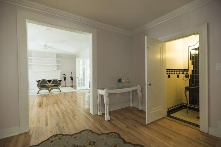 <p><i>The original bathroom with faux gold, yellow and black Art Deco touches is visible from the main living space. (<i>Photo: Joe Raedle/Getty Images)</i><br></i></p>