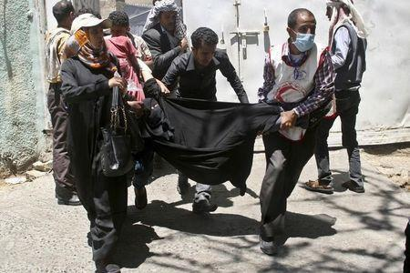 Anti-Houthi protesters carry a fellow woman demonstrator who suffered tear gas effects during clashes with pro-Houthi police troopers in Yemen's southwesatern city of Taiz March 25, 2015. REUTERS/Anees Mahyoub