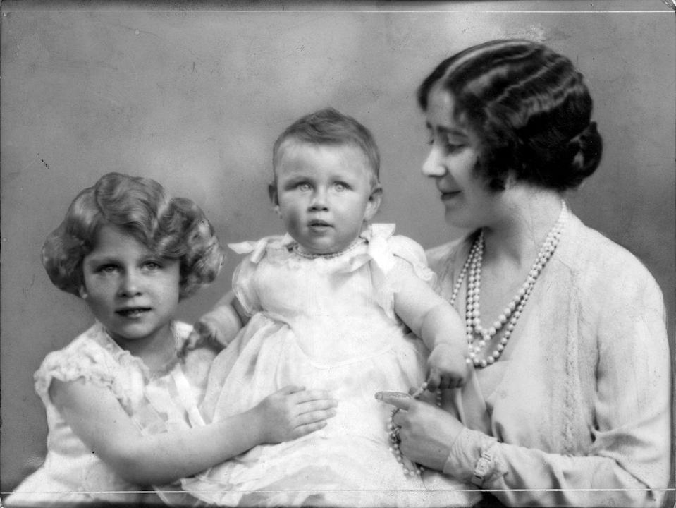 <p>Princess Elizabeth poses with her mother, Queen Elizabeth, and her newborn baby sister, Princess Margaret, in an official palace portrait. </p>