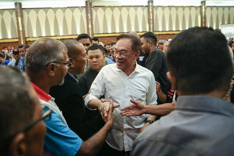 PKR president Datuk Seri Anwar Ibrahim is greeted by his supporters during the 2019 Reformist Convention V2.0 in Shah Alam November 24, 2019. — Picture by Yusof Mat Isa