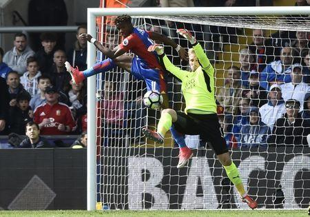 Britain Soccer Football - Crystal Palace v Leicester City - Premier League - Selhurst Park - 15/4/17 Leicester City's Kasper Schmeichel in action with Crystal Palace's Wilfried Zaha Reuters / Hannah McKay Livepic