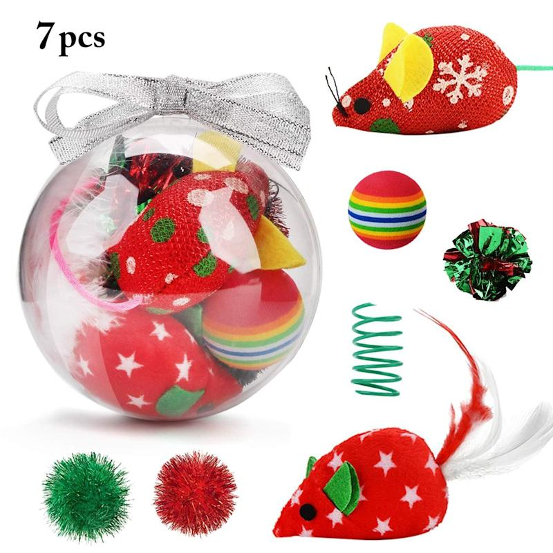"<a href=""https://amzn.to/36sJEXh"" target=""_blank"" rel=""noopener noreferrer"">Legendog Christmas Cat Toys, Amazon</a>, &pound;8.99 (Photo: HuffPost UK)"