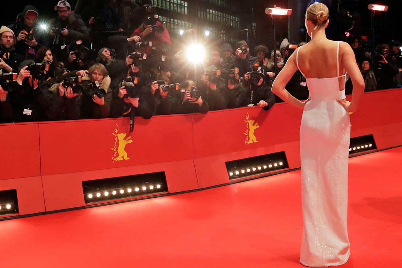 "<p>Model Toni Garrn bringt bei der Eröffnung der Berlinale den Glamour auf den roten Teppich. Die 68. Ausgabe des Internationalen Filmfestspiele Berlin begann mit Wes Andersons Animationsfilm ""Isle of Dogs"". (Bild: AP Photo) </p>"