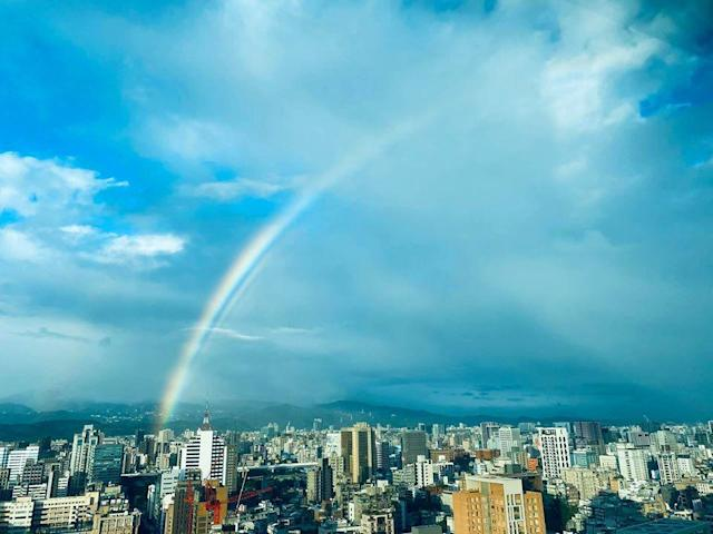 <p>▲交通部長林佳龍也幸運看見這次出現的大彩虹。  Minister of Transportation and Communications Lin Chia-lung also shared the rainbow photos he captured after the press conference he attended. (Courtesy of Facebook / Lin Chia-lung)</p>