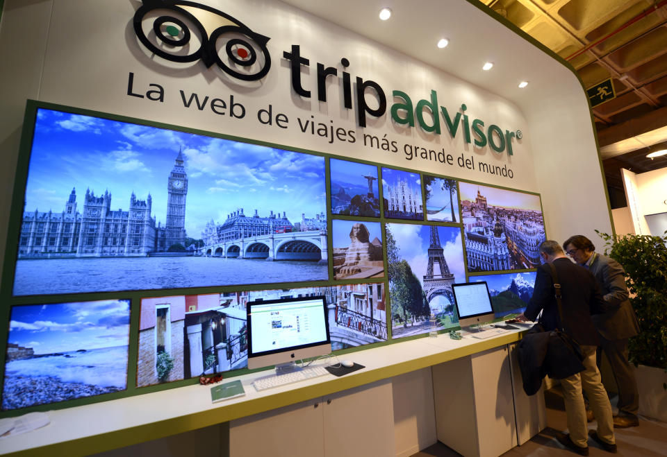 Travel website Tripadvisor has slapped a warning on a Thai resort's listing, after it launched legal action against an American expat over a negative review.
