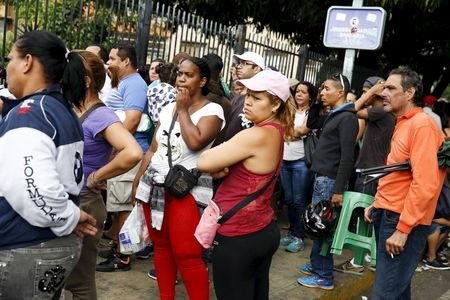 People queue outside a state-run Bicentenario supermarket as they wait to buy staple items, in Caracas August 4, 2015. REUTERS/Carlos Garcia Rawlins