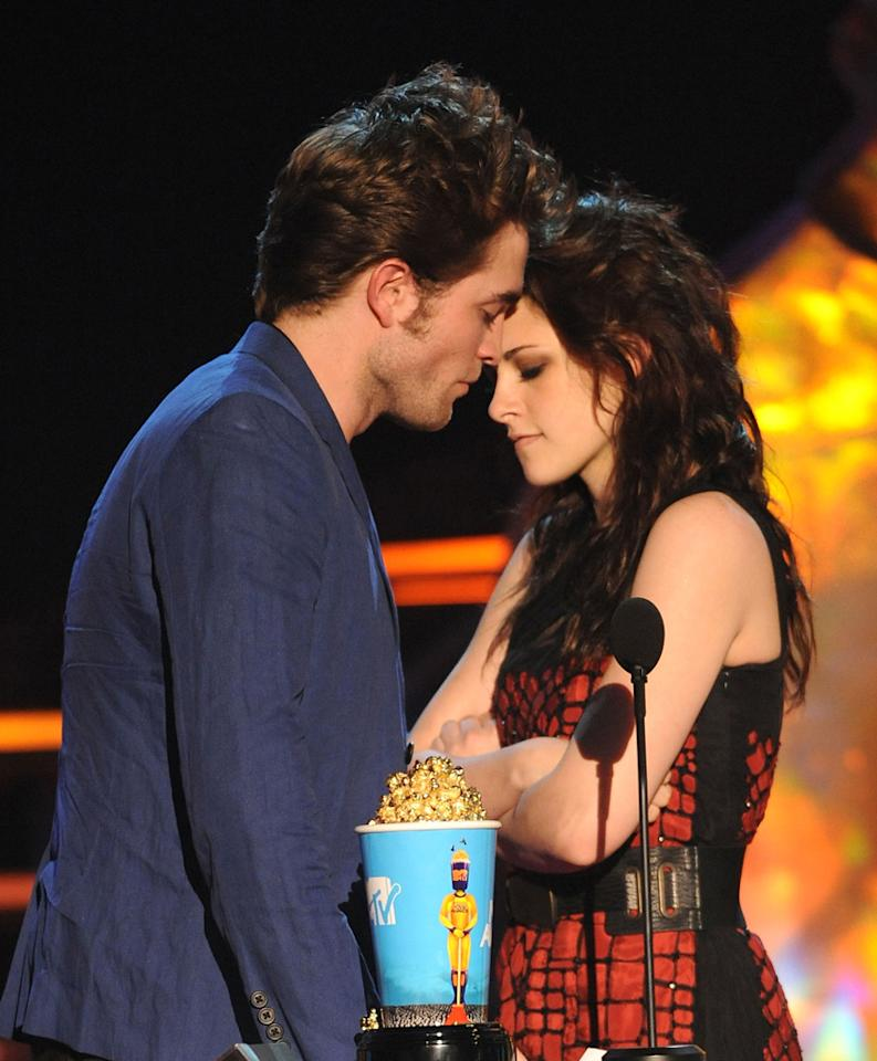 UNIVERSAL CITY, CA - MAY 31:  Actors Robert Pattinson and Kristen Stewart onstage during the 2009 MTV Movie Awards held at the Gibson Amphitheatre on May 31, 2009 in Universal City, California.  (Photo by Kevin Mazur/WireImage)