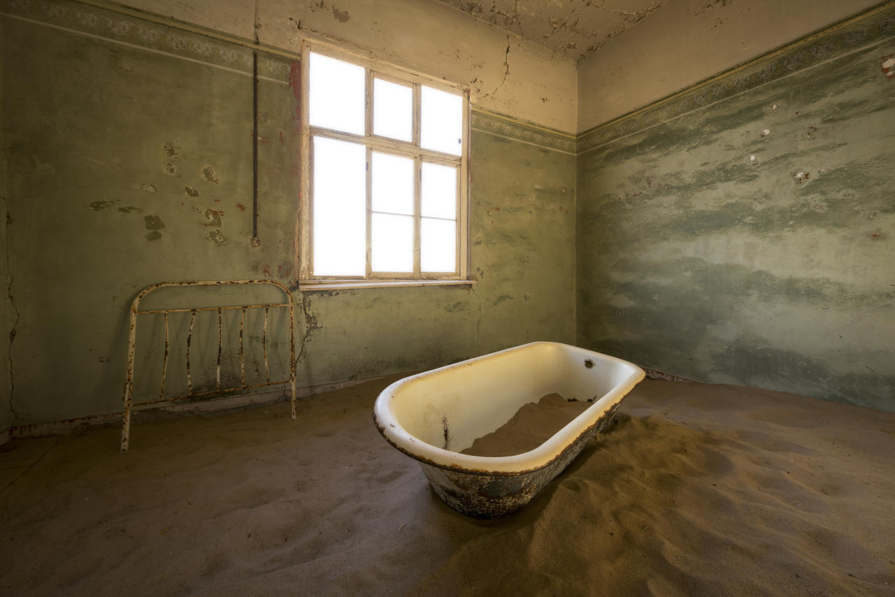 <p>This bathtub is now floating in a pool of sand. (Photo: David Swindler/Caters News) </p>