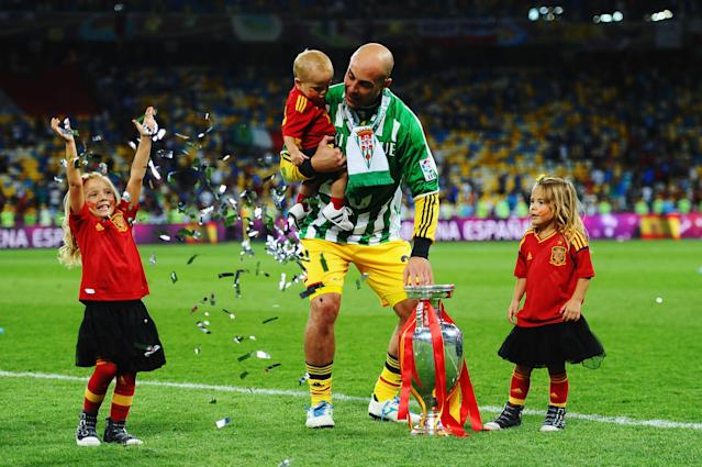 KIEV, UKRAINE - JULY 01: Pepe Reina of Spain holds his son Luca Reina and the trophy as he celebrates his team's victory following the UEFA EURO 2012 final match between Spain and Italy at the Olympic Stadium on July 1, 2012 in Kiev, Ukraine. (Photo by Laurence Griffiths/Getty Images)