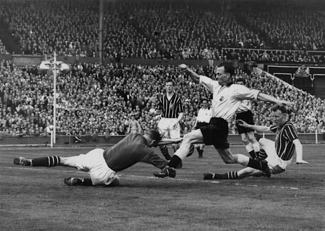 Manchester City's goalkeeper Bert Trautmann unknowingly breaks his neck. (Allsport Hulton/Archive)