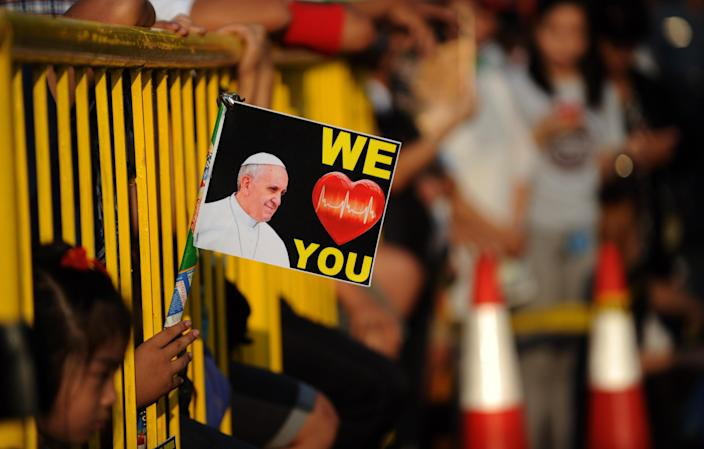 Well-wishers line the streets to catch a glimpse of Pope Francis in Manila on January 15, 2015 (AFP Photo/Martin Bureau)
