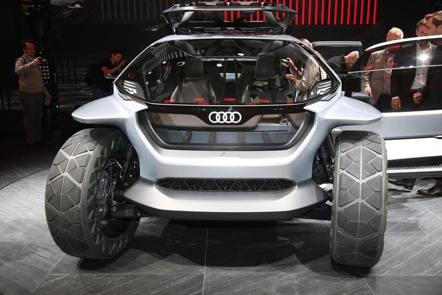 The AI:TRAIL Quattro weighs only 1,750 kilograms. The windshield wraps around the front of the vehicle. Even the side and rear is full of glass.