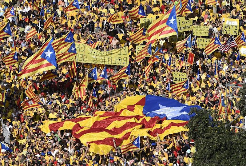 Catalans hold a pro-independence rally at Catalunya Square in Barcelona, on October 19, 2014 (AFP Photo/Lluis Gene)