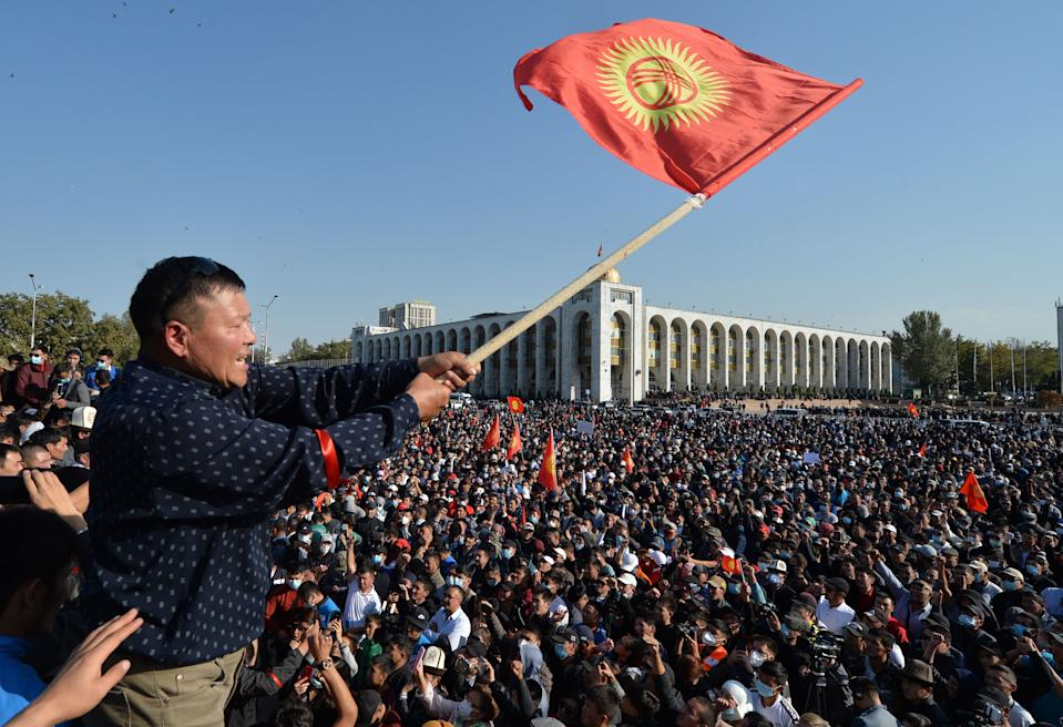 TOPSHOT - People protest against the results of a parliamentary vote in Bishkek on October 5, 2020. (Photo by VYACHESLAV OSELEDKO / AFP) (Photo by VYACHESLAV OSELEDKO/AFP via Getty Images)