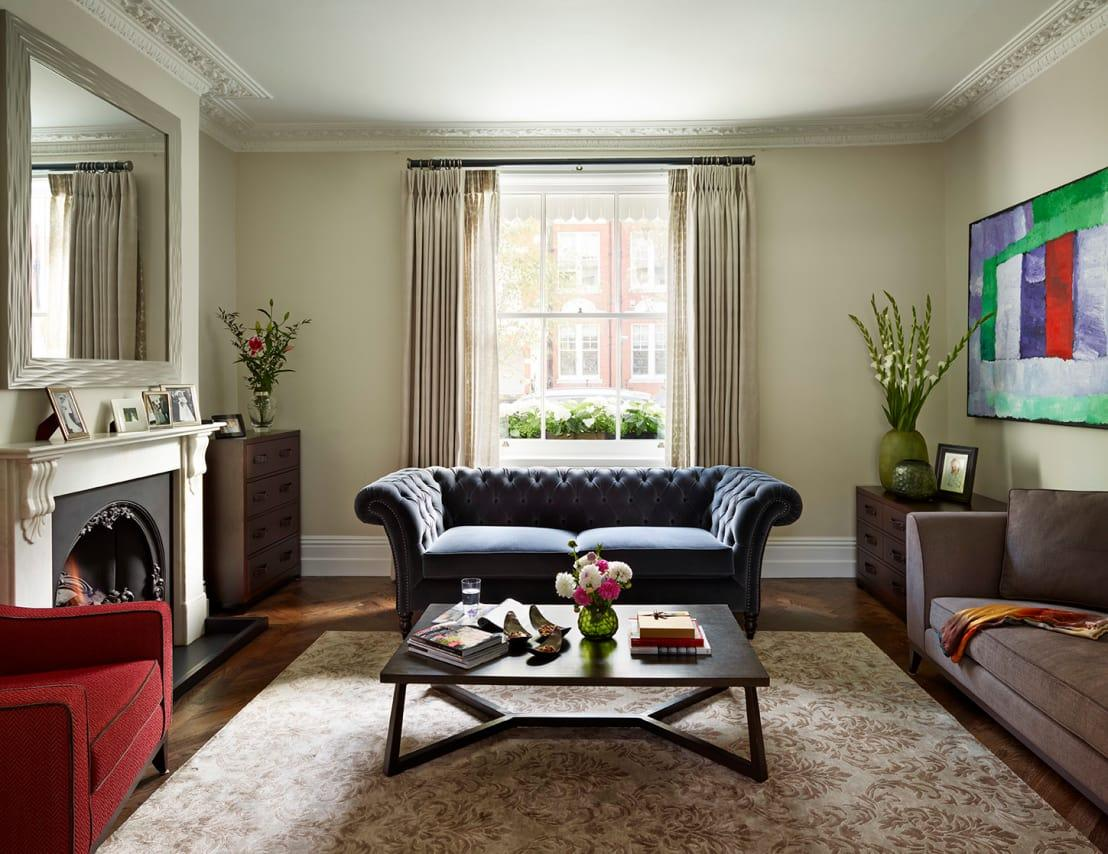 "<p>For many people, the comfort of a living room outranks the aesthetic value but you can combine the two effortlessly, by focusing on a cosy finish. If you're wondering which motifs will help to capture the right essence, you're in luck, as we have a comprehensive list:</p><p>- Luxurious fabrics such as leather, velvet and brocade. Anything that will wear in a stylish way and 'give', will always add to a cosy vibe that simply beckons you to sit down, curl up and take a nap.</p><p>- Fresh flowers and plenty of them! The room should smell great and feel full of natural elements.</p><p>- Don't skimp on the rug. A large, luxurious rug will help to create a multi-sensory experience, from warm and cosy toes all the way through to a relaxed mindset. </p><p>We know that these elements sound as though they will be exceptionally expensive, but there are ways and means to <a rel=""nofollow"" href=""https://www.homify.co.uk/ideabooks/3437095/21-cheap-but-cheerful-living-room-decor-ideas"">get the look for less</a> as well.</p>  Credits: homify / Tyler Mandic Ltd"