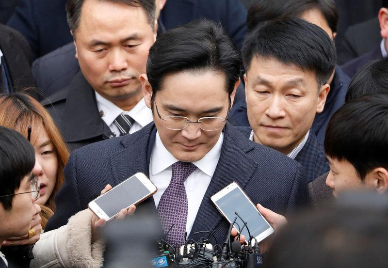 Samsung Group chief, Jay Y. Lee, leaves after attending a court hearing to review a detention warrant request against him at the Seoul Central District Court in Seoul