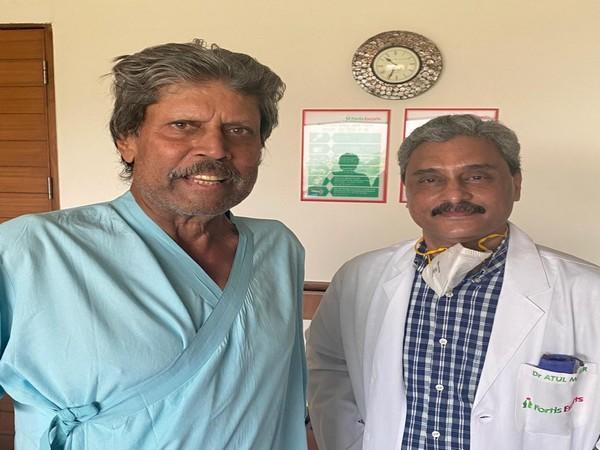Kapil Dev with his doctor. (Photo/ Chetan Sharma Twitter)