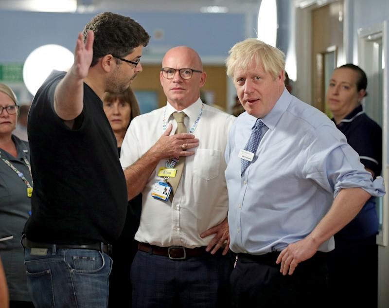 Omar Salem (links) konfrontierte Boris Johnson bei einem Klinik-Besuch (Bild: Yui Mok/PA Wire/Pool via Reuters)