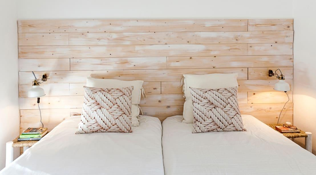 <p>Now here is a simple tip that we know you'll love! If you are a little fed up of your headboard, simply drape a pretty throw over it, to create a brand new vibe! This will work really well at Christmas, if you have some festive textiles to use!</p>  Credits: homify / Home Staging Factory