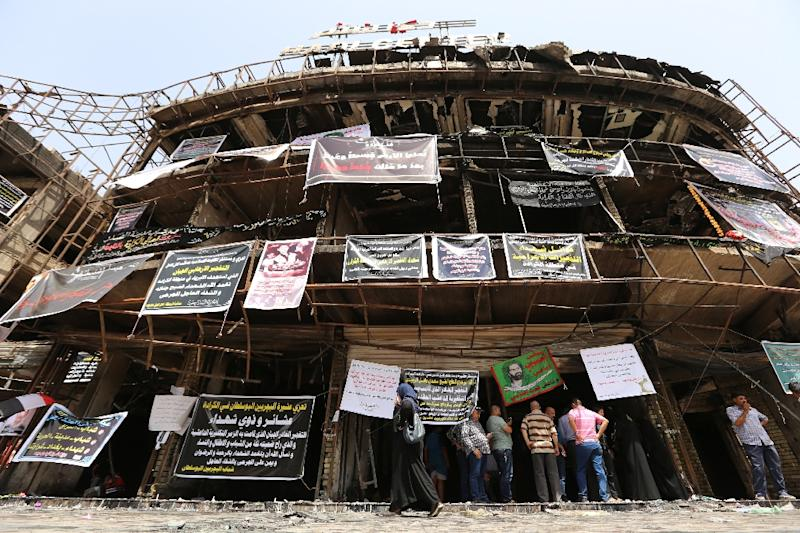 Relatives of victims gather on July 5, 2016 at the site of a suicide-bombing two days earlier in the Karrada neighborhood of Baghdad which left more than 200 people dead (AFP Photo/Sabah Arar)