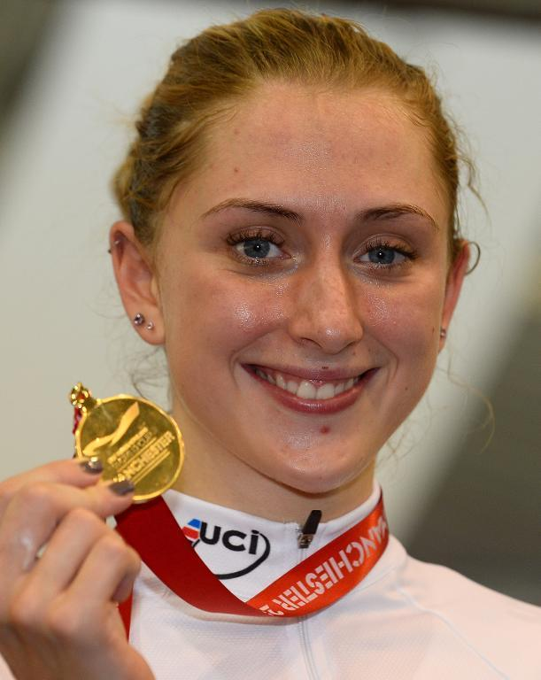 Team GB's Laura Trott holds her gold medal after winning the women's Omnium at the Track Cycling World Cup in Manchester on November 3, 2013 (AFP Photo/Andrew Yates)