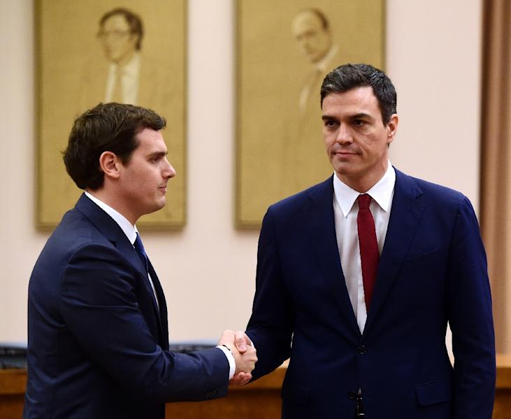 Leader of Spanish Socialist Party Pedro Sanchez (R) and leader of center-right party Ciudadanos, Albert Rivera shake hands after signing of an agreement to support the socialist leader as candidate to lead the new Spanish government, in Madrid (AFP Photo/Pierre-Philippe Marcou)