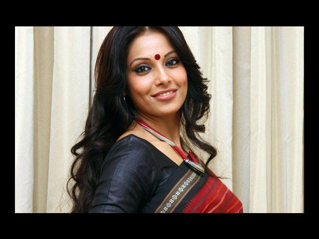 <b>1. Bipasha Basu</b><br>Internet forums have been long debating which parts of Bipasha Basu's body have been under the knife. Her dimple is another grey area. Leaving such quibbles aside, everyone must agree on the point that Bipasha is one of the hottest Bollywood actresses with a dimpled smile.