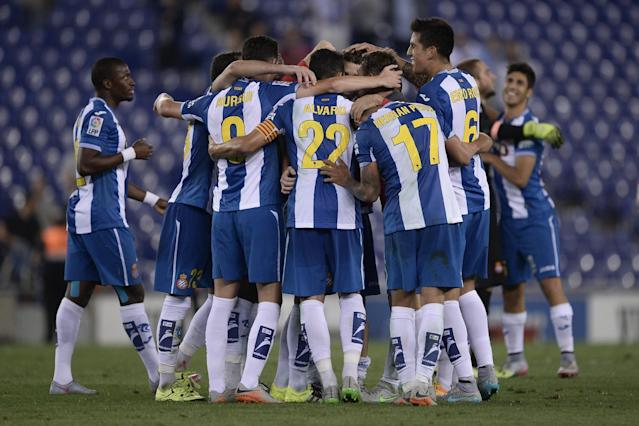 Espanyol's players celebrate after winning the Spanish league football match RCD Espanyol vs Valencia CF at the Power8 stadium in Cornella de Llobregat on September 22, 2015. AFP PHOTO/ JOSEP LAGO (AFP/Archivos | Josep Lago)