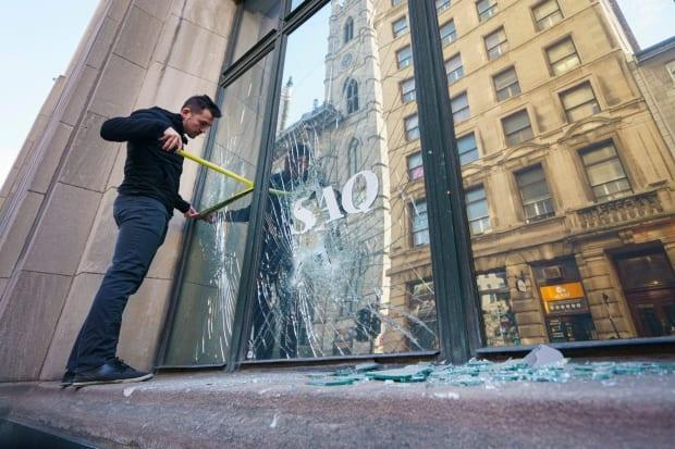 Several business owners felt Montreal police were underprepared and took too long to intervene during Sunday night's riot against a curfew imposed to contain COVID-19 cases. (Ivanoh Demers/Radio-Canada - image credit)