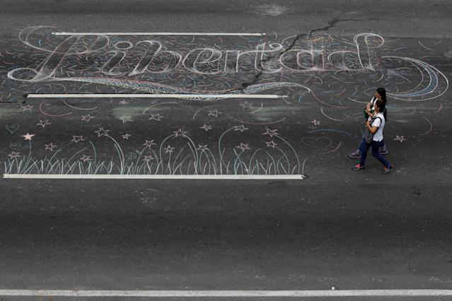 """<p>Opposition supporters walk past a graffiti on the road that reads """"Freedom"""", during a protest against Venezuelan President Nicolas Maduro's government in Caracas, Venezuela May 15, 2017. (Carlos Garcia Rawlins/Reuters) </p>"""