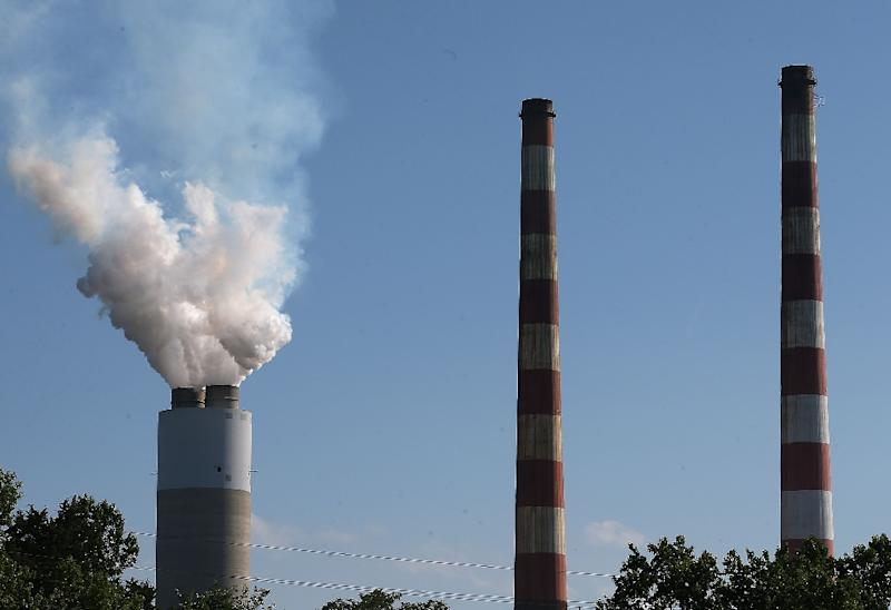 Emissions spew out of a large stack at a coal-fired generating station on June 29, 2015 in Newburg, Maryland (AFP Photo/Mark Wilson)