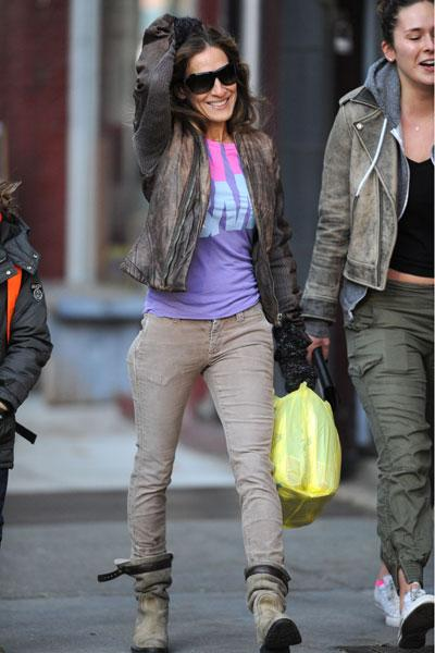 Sarah Jessica Parker braves the Manhattan cold in a distressed leather jacket, skinny jeans and super-warm looking boots. With a colourful top like that, the actress can brave the elements and still look happy. Picture by: Splash News
